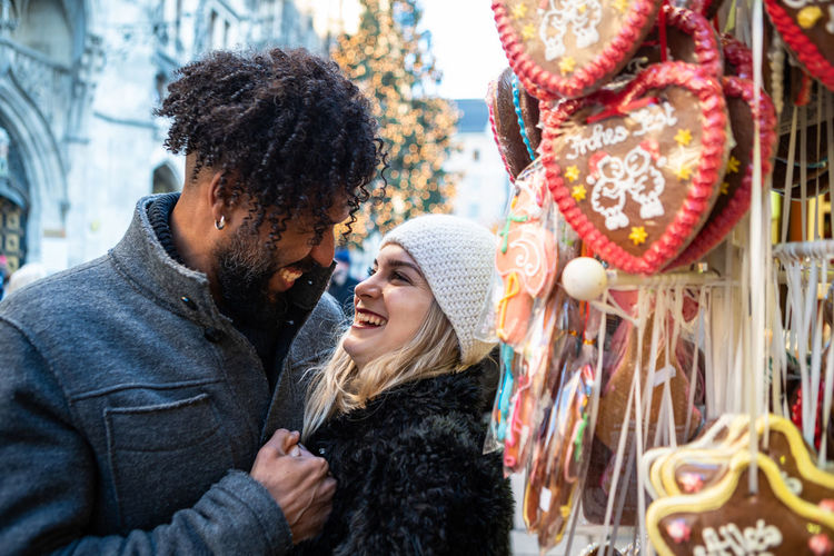 A young couple at a Christmas market in Munich, Germany Adult Happiness Winter Smiling Emotion Christmas Christmas Market Munich Christmas Market Germany German Market Christmas Lights Couple Couple Relationships München,Germany Herz Lebkuchenherz Lebkuchen Christmas Stalls Stall Marianplatz Warm Clothing Hat