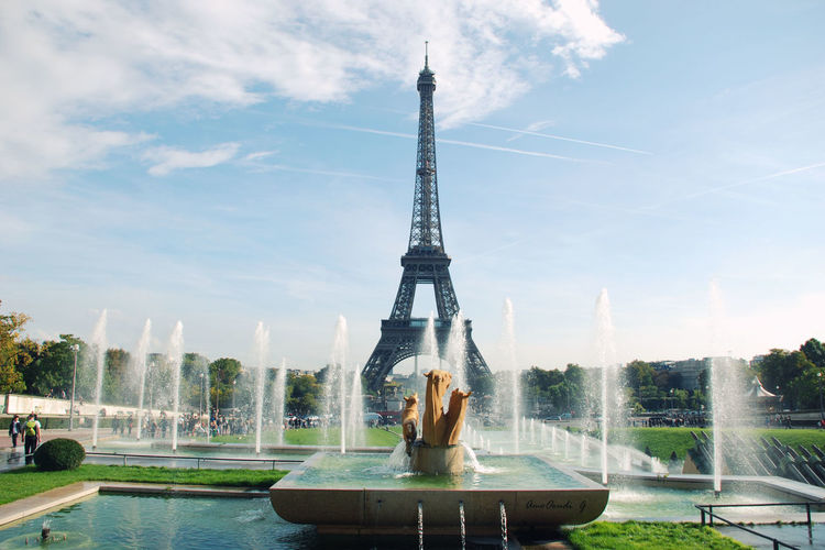 Fountain against eiffel tower in park