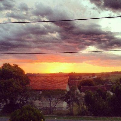Pordosol Fimdetarde Sol Calor maisumdiaquesefoi tarde sun ceu sky life natureza vila laranja