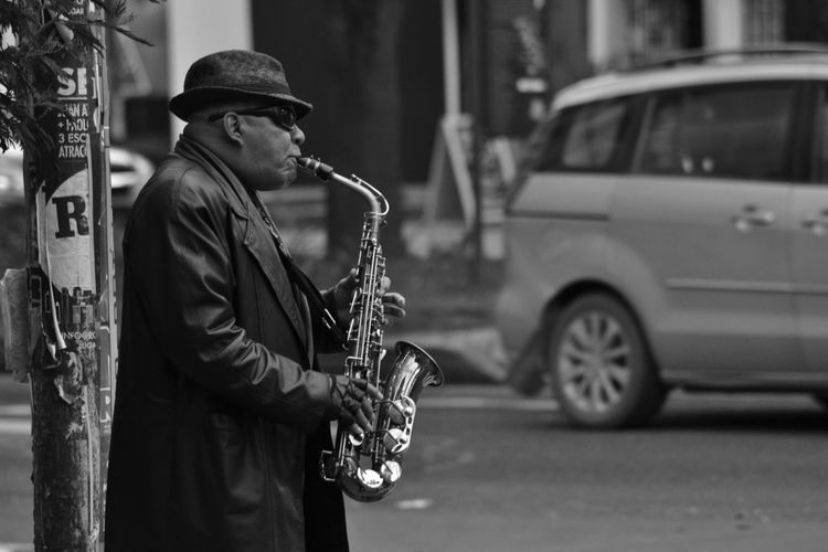 Jazz en la ciudad Bnw_captures Bnw_collection Bnw_society Bogotá City City Life Colombia Day EyeEm Gallery Focus On Foreground Outdoors People And Places People And Places. Profile Side View Streetart Streetphotography Transportation