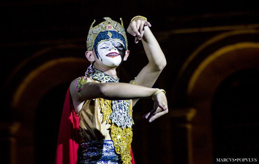 Título: Thai. Autor: Marcus Populus. Cámara: SONY SLT-A65V Punto F: f/6.3 Tiempo de exposición: 1/160s Velocidad ISO: 1600 Distancia focal: 200mm Costume One Person People Performance Performing Arts Event Tradition Young Adult