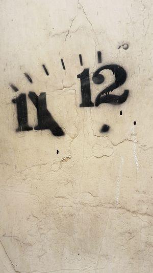 Fünf Vor Zwölf Indices Index Index Finger Zahlen Numbers Number Hand Zeiger Uhr Clock Dial Ziffernblatt Elf Zwölf Uhr Graffiti Art Streetphotography Streetart Wand Wall Eleven Twelve