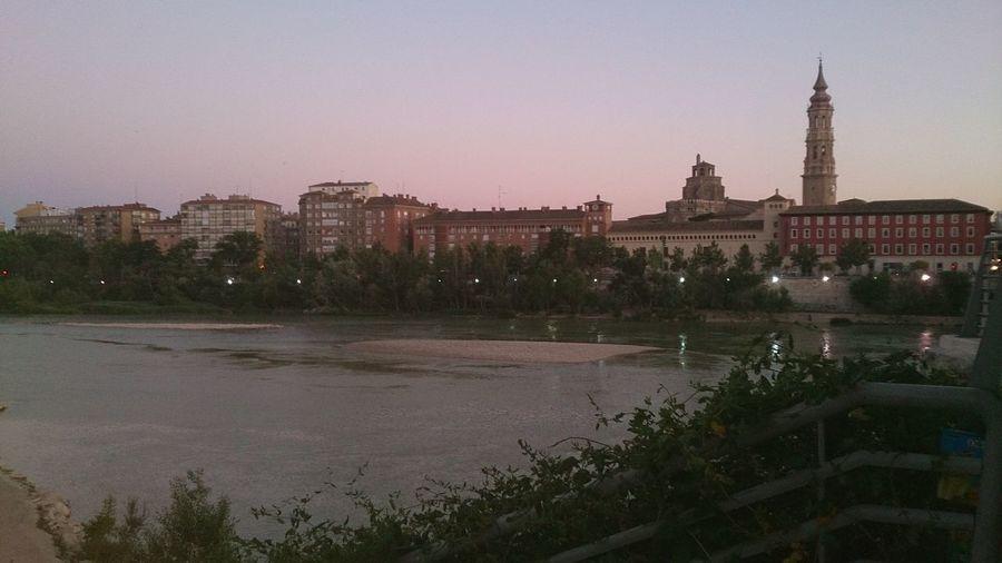 Unas Vistas del Rio Ebro y de fondo la Torre De La Catedral del Aseo