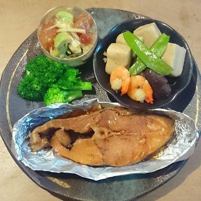 今日の我が家の晩御飯シリーズ カレイの煮付け こうやどうふ マグロとアボカド ブロッコリー