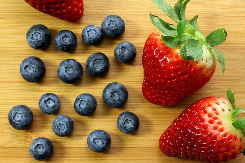 Red Vegetarian Vegetarian Food Bamboo Background Beauty In Nature Bilberries Blue Blueberries Delicious Healthy Eating Organic Strawberries Vegan Vegan Food