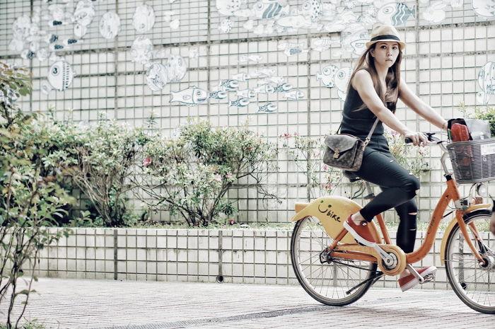 捕捉到...犀利的女孩。 Candid Streetphotography Girl Bicycle Butterfly Enjoying Life Eye4photography  Street EyeEm EyeEm Best Edits EyeEm Best Shots The View And The Spirit Of Taiwan 台灣景 台灣情 People Ubike
