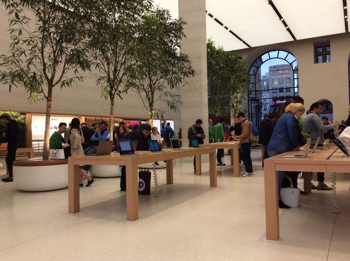 Apple London Adult Architecture Building Exterior Built Structure Business Chair Crowd Group Of People Large Group Of People Leisure Activity Men Plant Real People Restaurant Seat Sitting Table Tree Waiting Women