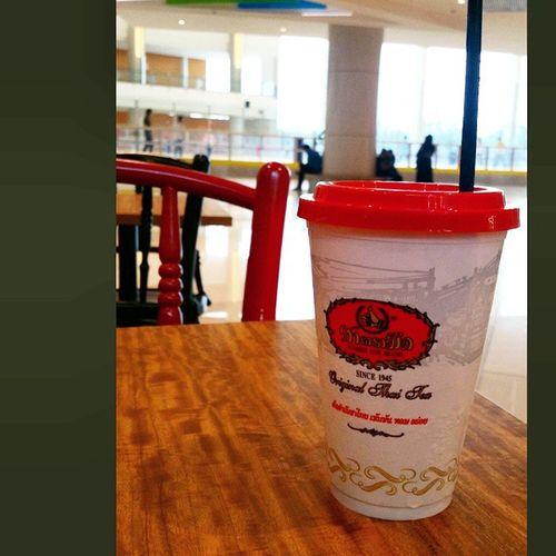 Chill with this Chatramue thai milk green tea overlooking the ice skating ring. No hot chics tho...😂 Chill Relax Thaimilkgreentea thaimilktea numberonebrand originalthaitea drinktea thaistyle