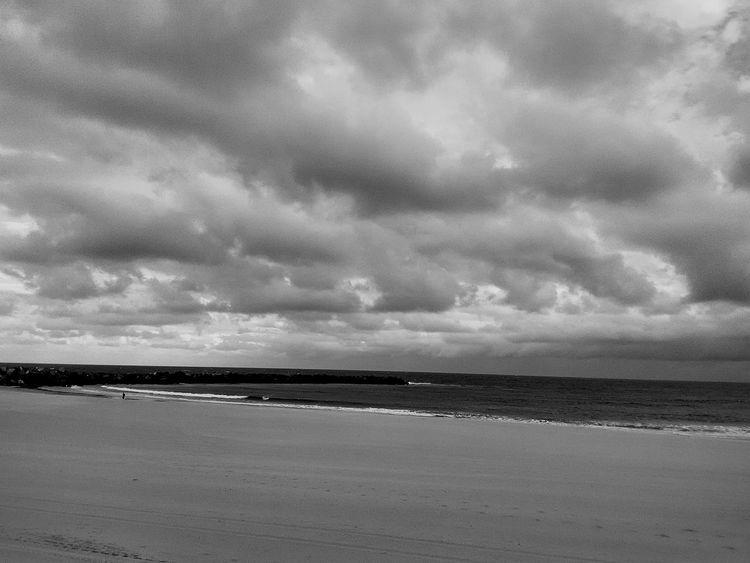 Horizontes, finsles y comienzos por descubrir. Monochrome Photography Donostia / San Sebastián Sea Water Calm Cloud - Sky Blavkandwhite Horizon Over Water Coastline Beach en Zurriola Beach