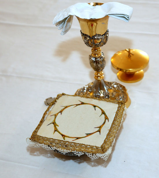 Golden Chalice with wine in the altar of a Christian Church during Holy Mass Altar Catholic Celebration Church Faith Gold HolyMass Ritual Catholicism Chalice Consecrated Consecration Eucharist Eucharistia Food Food And Drink Gold Colored Holy Mass Religion Religion Ritual Rite Rituals Still Life Symbol Table