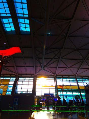 搭乗手続きの行列に並ぶ間に、いっぱい朝日を浴びて体内時計を調整する。ここで、30分ほど時間を要した。国際線利用の際は、余裕を見て2時間前には空港にいましょう、皆さま。 Light And Shadow Good Morning Architecture Airport Korea 韓国 EyeEm Korea Sunrise Silhouette Sunrise 仁川 国際空港