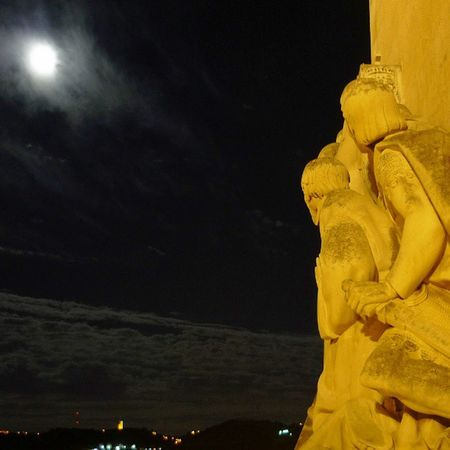 olha para a lua, looks to the moon Lisboa Lisbon Tipsguidelisboa PADRAO Descobrimentos Discoveries Lua  Moon