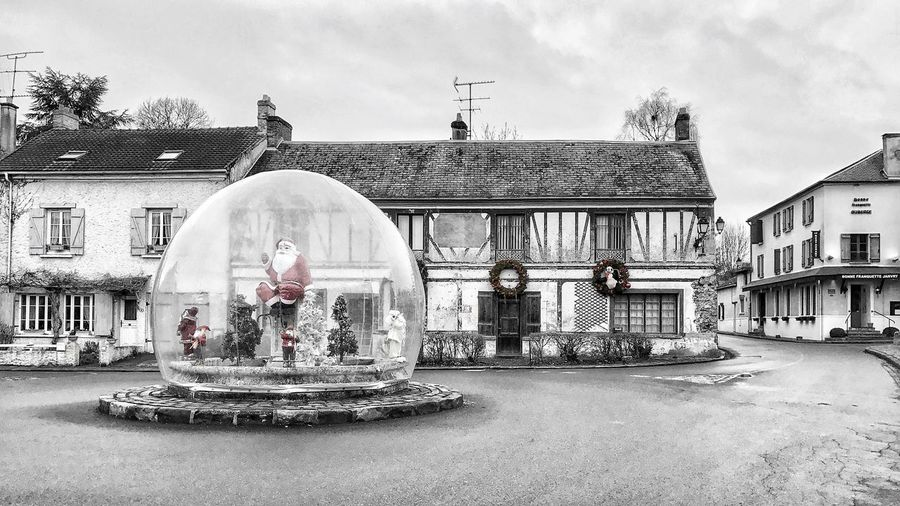 Christmas Spirit in Janvry still there 😀 Suburb of Paris France Photooftheday Santa Mobilephotography Iphonephotography Iphonographie Iphoneonly EyeEm EyeEm IPhoneography Outofthephone IPhoneography Iphonephotooftheday Snapseed Bnw Bnw_splash Tranquil Scene Village No People Architecture