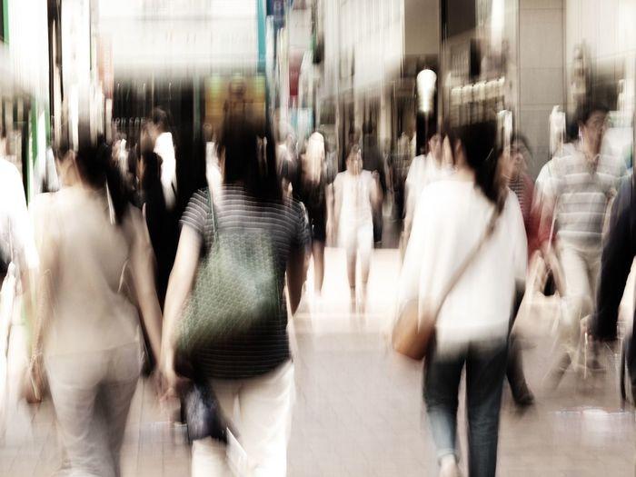 毎年恒例ではありますが、GWに向けてガソリンの価格が少し上がっていますなあ😩 Olympus OM-D E-M5 Mk.II Tokyo Street Photography Bleach Bypass Camera Shake Street Blurred Motion Motion Real People Group Of People Large Group Of People Walking Crowd Lifestyles City Women Adult Men