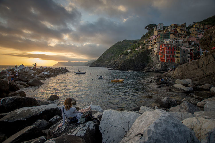 Cinque Terre Color Houses Dolce Vita Free Time Harbour Holidays Houses Italia Night City Old Town Riomaggiore, Riomaggiore, Italy, Architecture, Sea, Town, Beach, Brick, View, Harbor, Clothes, Sun, Window, Blue, Square, Mediterranean, House, Terrace, Europe, Italian, Colorful, Vacation, Wave, Cloud, Shutters,village, Coast, Wall, Tourism, Beautiful, Holiday, Trave Travel UNESCO World Heritage Site Architecture Boats Houses And Windows Italy Port Relax Riomaggiore Sea Sunset Travel Destinations