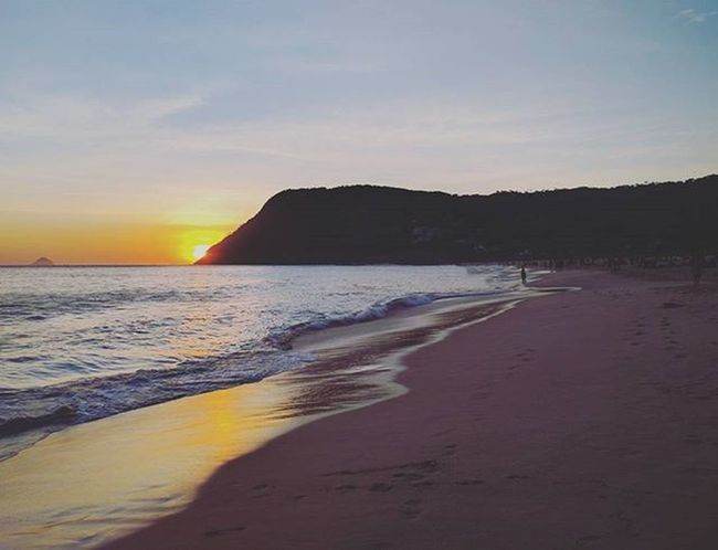 Sunset & Itacoatiara. Précarnaval Itacoatiaradise Niterói Rio Riodejaneiro Beach Ocean Sunset Itacoatiara Nature Naturelovers Picoftheday Sun Skyline Olharitacoa Miksisushi Moluscoitacoatiara