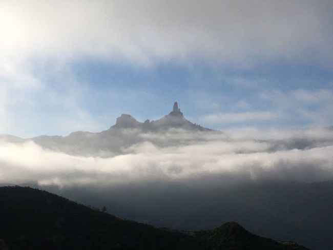 Blick durch die Wolken auf den Roque Nublo auf Gran Canaria Roque Nublo Gran Canaria Nature Mountain Scenics Beauty In Nature Sky Tranquility Tranquil Scene Majestic Cloud - Sky Outdoors Landscape