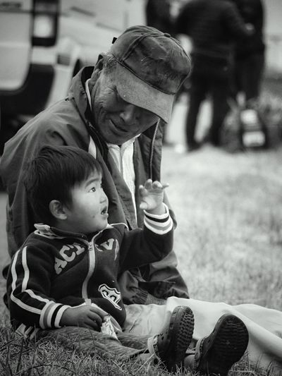 Speak like a Child : My Best Photo 2015 Candid Portraits Black And White B&w Street Photography Kasegawa Riverside Saga-shi. Japan Photography Off shot Saga International Balloon Fiesta 2015. Old But Awesome Granpaandchild just one shot Snapshots Of Life