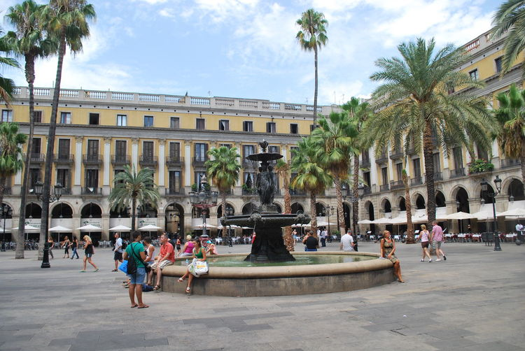 Adult Adults Only Architecture Barcelona Barcelona, Spain Building Exterior Catalonia Catalunya City Day Fountain Large Group Of People Outdoors Palm Tree People Real People Sky SPAIN Square Statue Tourism Tourist Travel Destinations Tree Women