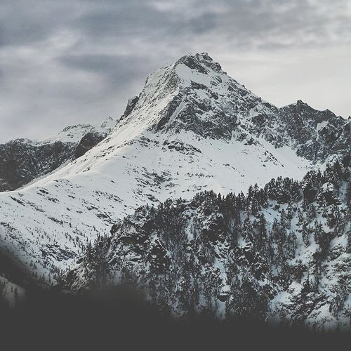 🇮🇹 Il Pelvo d'Elva, 3064 mt, è una montagna delle Alpi Cozie. Domina da un lato la Valle Varaita e dall'altra la Valle Maira di cui Elva è il paese più vicino alla vetta. Grazie alle moffole @salewa non mi si sono congelate le dita!!! 🇬🇧 Pelvo d'Elva, 3064 mt, is a mountain in the Cottian Alps in Piedmont. This mountain dominates the Varaita Valley on one side and Maira Valley on the other. Elva is the closest village near to the top. 🏔️ 🐺 #vicivisuals #mobilemag #igersmountains #folkvibe #ig_cuneo #rsa_outdoors #rsa_folknature #folkscenery #loves_mountains #mountainstones #montagne_my_life #exploring_alps #landscapephotography #loves_united_earth #bealpine #splendid_mountains #mountainlovers #loves_united_cuneo #communityfirst #theoutdoorfolk #italianroamers #volgocuneo #ig_cuneo #outdoortones #neverstopexploring #visualsoflife #volgocuneo #sourcedadventure #folkvibe #mountainstones #ilikeitaly #italianvisuals #capturelandscapes #wekeepmoments #vallevaraita #pontechianale #eyeem