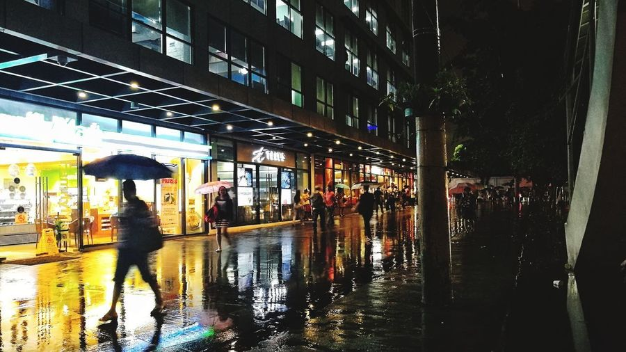Rainy August Wet Building Exterior Rain Outdoors Real People Reflection Architecture People Adults Only Water City Built Structure Large Group Of People Day Adult LeicaPhotographyInternational MarkjudelagutanPhotography PhotographyMarkjdeLagutan Streetphotography
