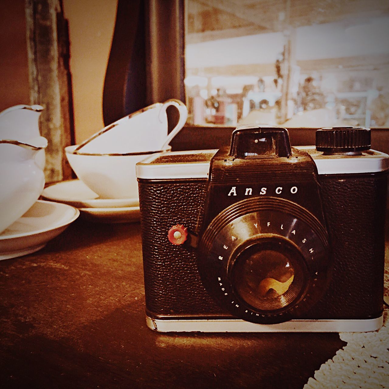 camera - photographic equipment, indoors, photography themes, table, retro styled, old-fashioned, still life, technology, no people, close-up, vintage, day