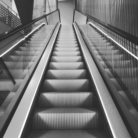Y aquella música encajaba con el momento pausado... Tras cada nota desaparecía uno de los escalones... ««Microhistorias»» Suena: 🎶🎧Dawn Niklas Paschburg Escaleras Escaleras Mecanicas Microhistoriastesis99 Microhistorias Tesis99 Tranquil Scene EyeEm Reflection Relaxing Insitu Architecture Atmosphere Escapism Day HuaweiP9 Huawei Blackandwhite Black And White Blancoynegro Cascos Lugares Escalators Niklas Paschburg Dawn