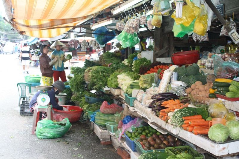 Retail  Choice Variation Market Stall Market Freshness Vegetable Food Food And Drink Fruit Arrangement Vietnam Hoi An City For Sale Healthy Eating Customer  Outdoors Buying Day People The Photojournalist - 2017 EyeEm Awards