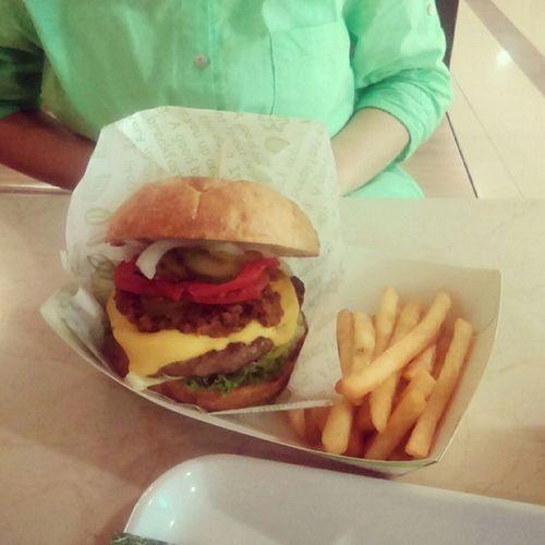 Brunch 小確幸 吃堡堡 女孩 中友 吃漢堡 girl