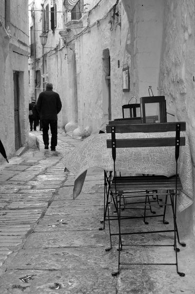 Alley Bianco E Nero Biancoenero Black And White Blackandwhite Chair Ostuni Pietra Seat Sedia Stone Strada Street Table Table Cloth Tavolino Tavolo Tovaglia Vento Vicolo Wind