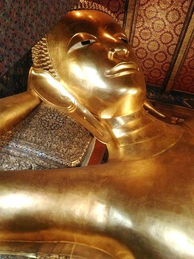 Gold Colored Religion Statue Low Angle View Spirituality Sculpture Budismo Tailandia. Thailand BangkokThailand Bangkok Buddhist Temple Buddha Buddhist Thai Buddhism Buddha Statue Travel Destinations Tailandia Spirituality Travel Statue Estatua Dorado Idol