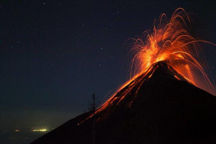 #acatenango #erupting #eruption #vulcain #travel #BeautyInNature #guatemala Erupting Lava Mountain Night Power In Nature Volcano