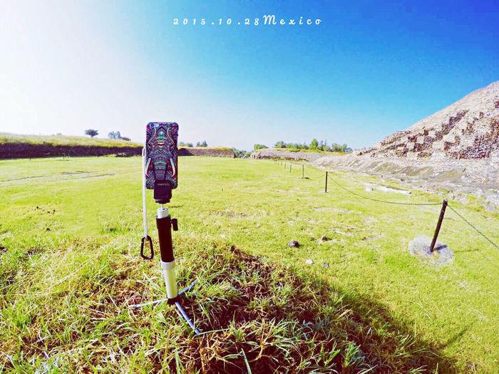 整個下午在金子塔這裡取外景,拍完已經口乾舌燥。最後一張我的手機入鏡,告訴你們,如果我一個人旅行,會這樣自拍。 Mexico Teotihuacan Hello World Work First Eyeem Photo Photography