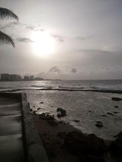 Un atardecer frene a la playa en condado puerto rico