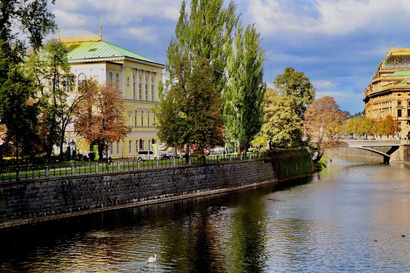 Palác Žofín, una tarde de octubre. Sol, nubes, verde y azul. Praha Praga Prague Palác Žofín Built Structure Architecture Building Exterior Water Tree Building Cloud - Sky Sky Canal Day No People Outdoors City