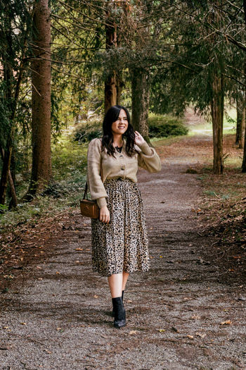 Full length portrait of beautiful young woman in fall clothes, nature, autumn, fashion.