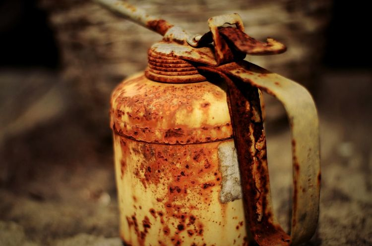 Rusty oil can Rusty Metal Oil Can Old Wood Retro Container EyeEm Selects Bottle Close-up Canister Can Weathered Tin Peeling Off Bad Condition