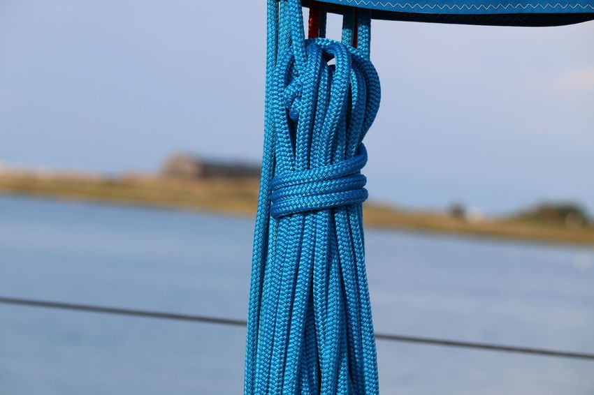Leinen Los Blue Close-up Connection Day Equipment Focus On Foreground Leinen Leinenkugel Metal Nature No People Outdoors Pattern Pier Rope Sky Strength Tied Up Transportation Water Wood - Material