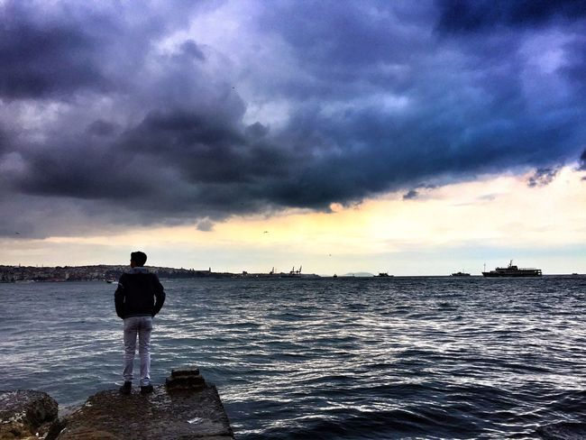 Hi! There ! Don't thinking too much and please turn back to look at my lens :) Atmosphere Sea & The Sky Light Turkey Istanbul Walking Around Like Sadows Streetphotography Say Goodbye Sad Emotions And Feelings