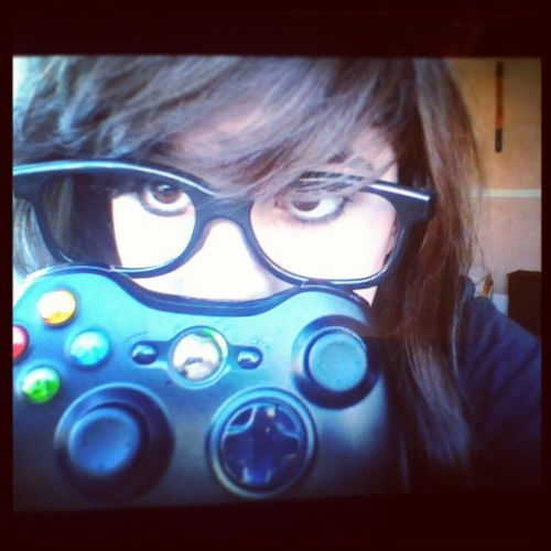 I like.xbox wemotes but I like the black rather than the.white.but then again the gween ones ! O,o Wierd Oppsession Xbox360 Wierdface selfie bf3 timeeee the joy of being at home