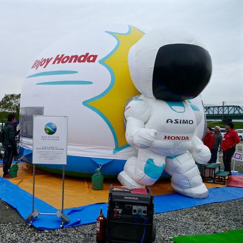 SIBF 2015 Offshot : HONDA booth Enjoy / Honda ASIMO Ballon ネタ拾いの一枚(笑)決して中には入ってないぞ。Panasonic GX1 ゴメン 28mmでこんなの撮るのはオレしかいないヨ(笑)。そいでは👋 28mm Asimo OMG 😬Why Did I Take Such One😔 Symbol 佐賀バルーンフェスタ 何でこんなの撮っちゃったんだろう 嘉瀬川河川敷