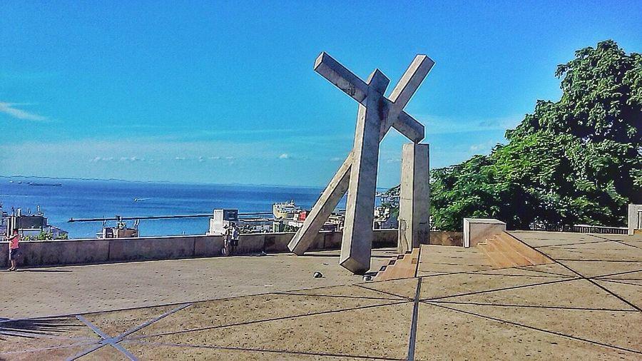Salvador Bahia Cruzcaida Pelourinho Monumento da Cruz Caída, é obra de Mário Cravo, que lembra a derrubada da Catedral da Sé, antigo templo católico que foi demolido em 1933, para a passagem dos bondes com destino ao Terminal da Sé.