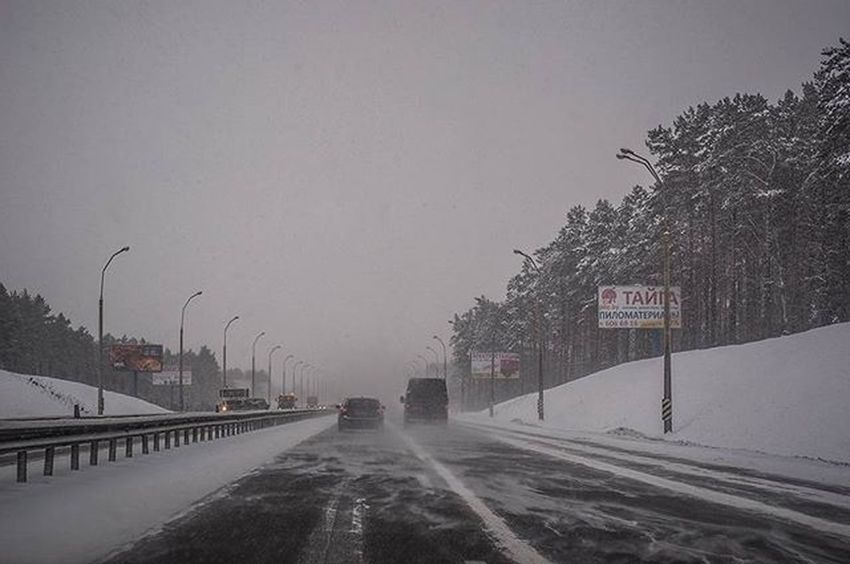 Road Cars Roads Snow Winter Snowfalling Blizzard Cloudy Weather Grayness Mud InMotion Inmove In Motion EyeEm Best Shots EyeEm Gallery Eye4photography