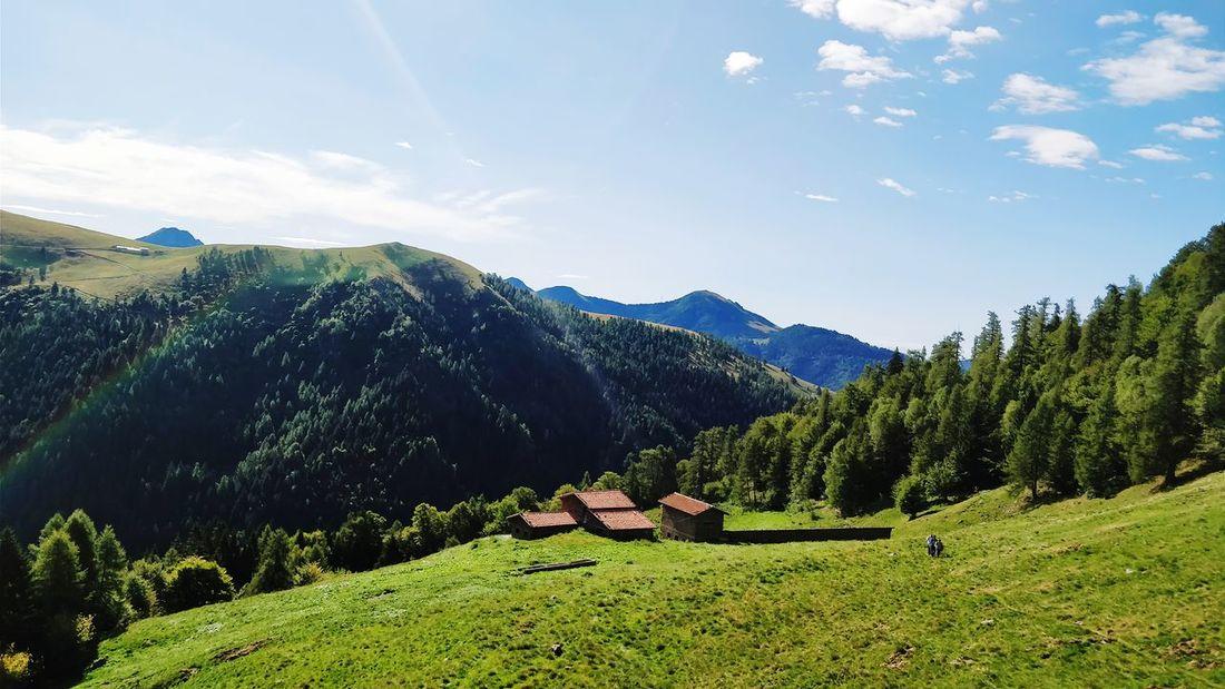 Nella corona di monti. Mountain Mountain Range Valley Landscape Scenics Nature Beauty In Nature Outdoors Grass Cloud - Sky EyeEm Selects