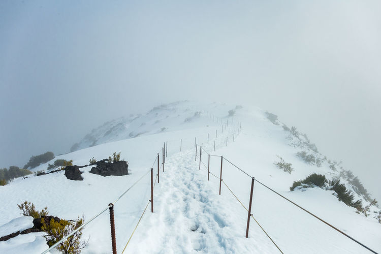 Overview of pico ruivo footpath covered with snow in santana, madeira island