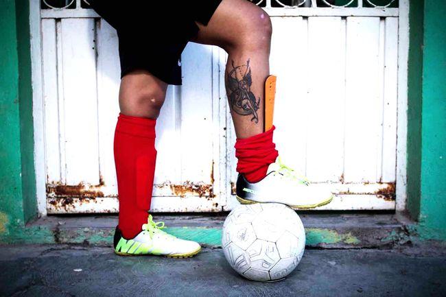 """Proyecto fotográfico sobre el Futbol Femenil en chiapas """"Las Diosas de las Canchas"""". Tuxtla Gutiérrez, México. Soccer Mujeres Futbol Femenino Mujeres Y Pelotas Las Diosas De Las Canchas Balon Tenis Tacos Real People"""