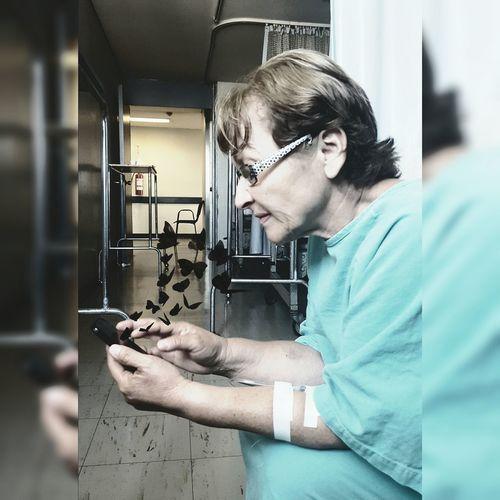 Enferma pero no deja el celular. Mamá En Redes Sociales