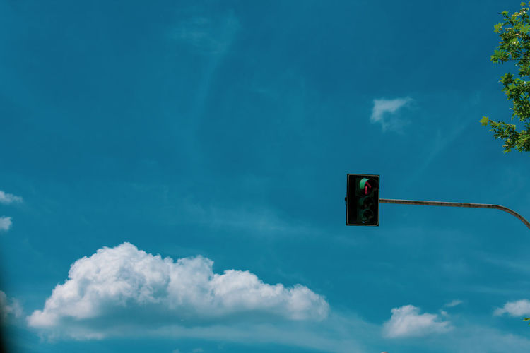 Cloud Blue Sky White Clouds Basketball - Sport Road Sign Blue Tree Basketball Hoop Stoplight Communication Sky Cloud - Sky Red Light Directional Sign Road Signal Stop Sign Green Light Signal Do Not Enter Sign Stop - Single Word