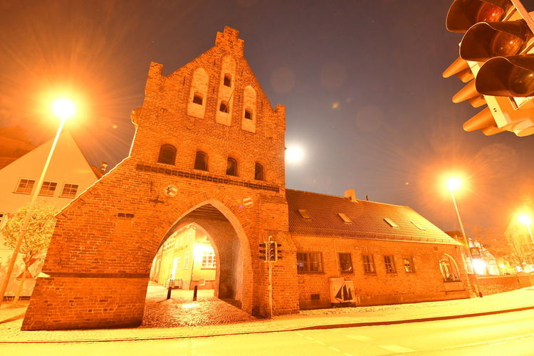 Zu Besuch in Wismar Langzeitbelichtung Long Exposure Long Exposure Night Photography Wismar Mecklenburg-Vorpommern Germany Deutschland Altstadt Architecture Built Structure Building Exterior Illuminated Sky Arch History The Past Lens Flare Building Night No People Nature Street Light Street Orange Color Old Outdoors Bright Streaming