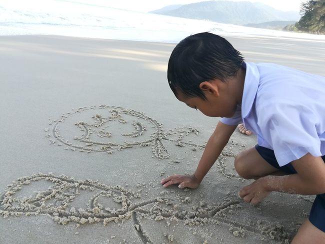 Writing On The Sand Boy Beach Child Males  Sand Men Desert Drawing - Activity Childhood Kneeling City Drawn